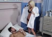 La dottoressa Riley Evans fotte hard con il paziente