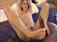 Sesso fetish interrazziale con una mignotta bionda ingorda