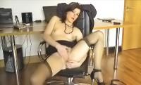 Una segretaria si masturba la figa in ufficio